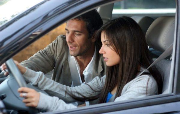 женщина и мужчина за рулем
